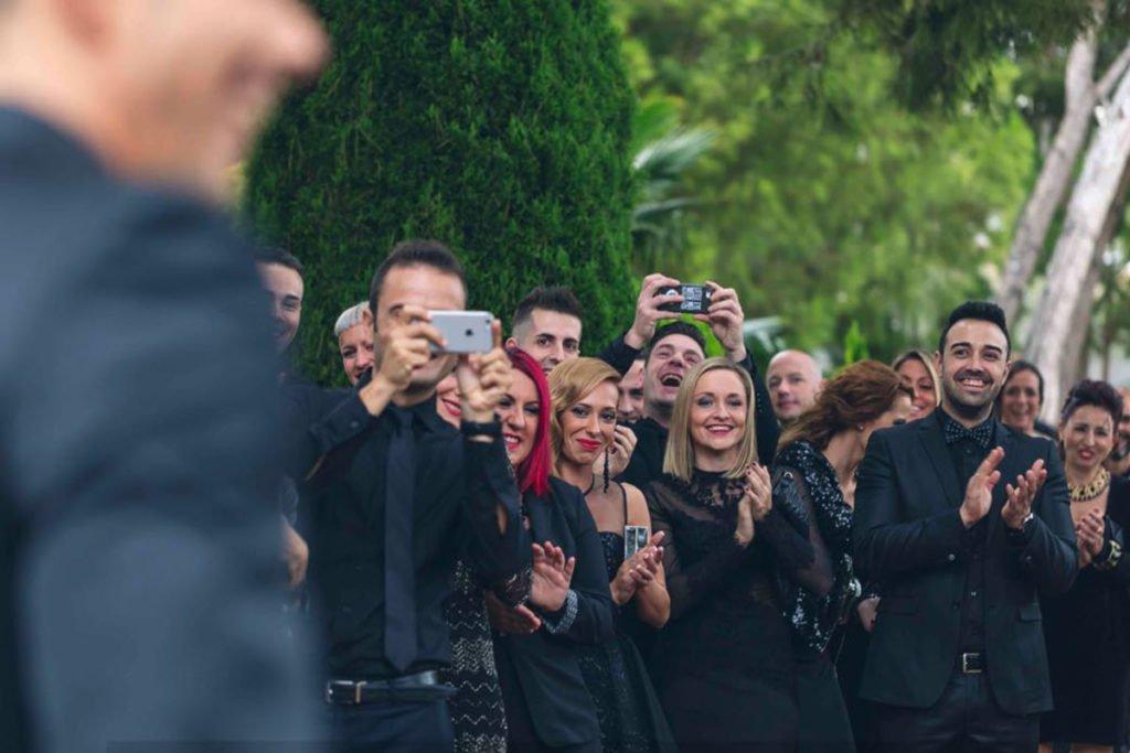 Boda con invitados vestidos de negro